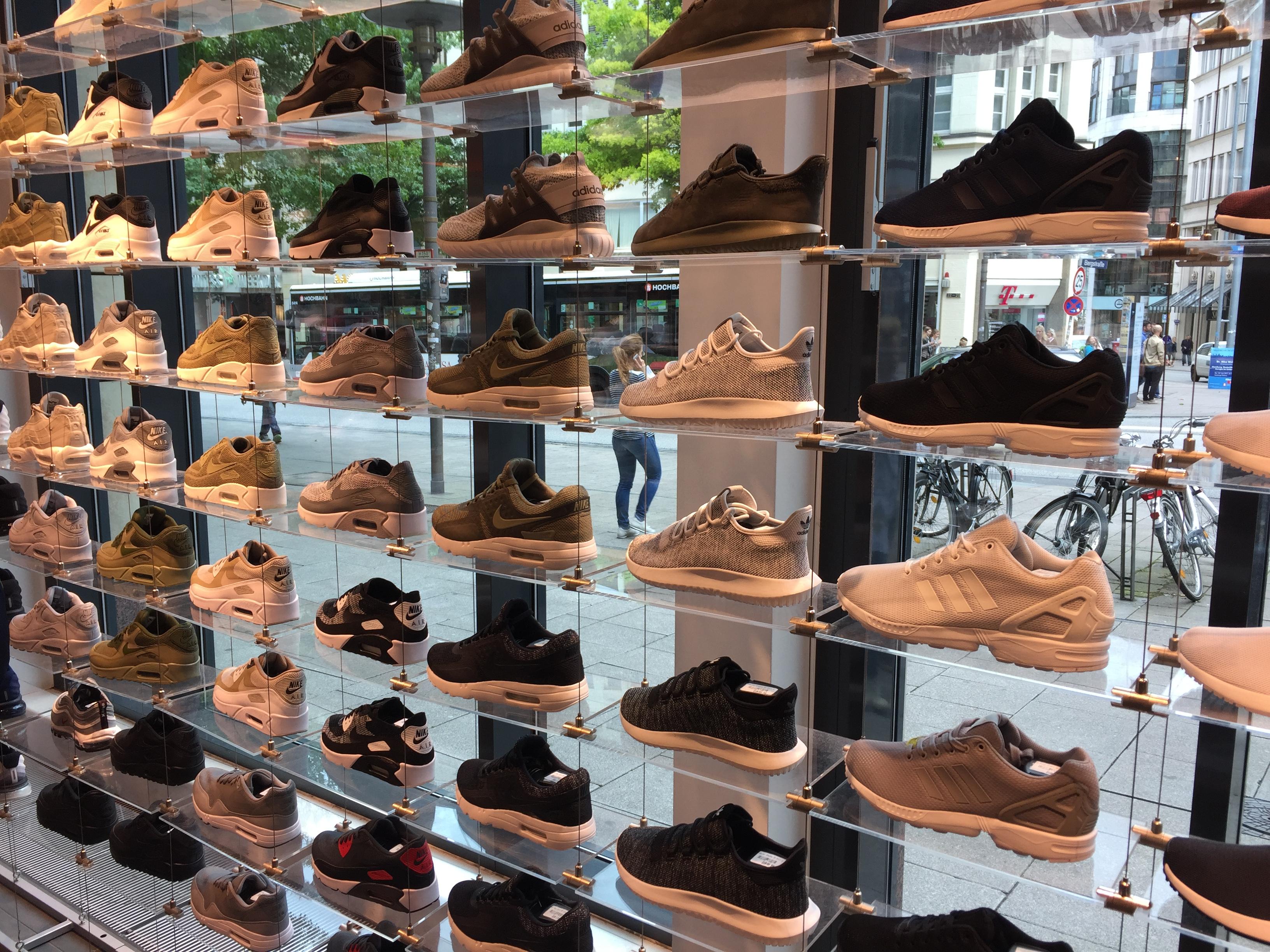Gegen Eine Wand Aus Sneakern Laufen Bei Snipes Mit Vergnügen Hamburg