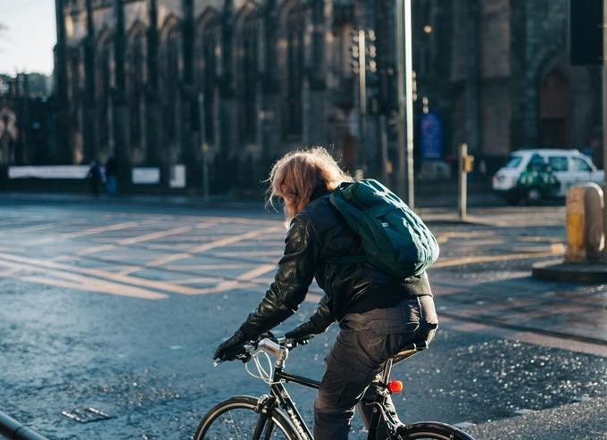 Eine Radfahrerin auf der Straße.