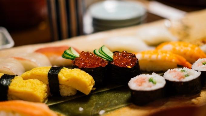 Verschiedenes Sushi in einem Restaurant.