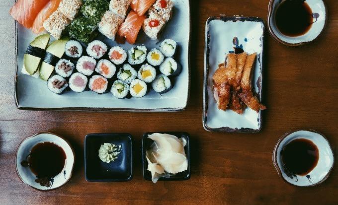 Sushi auf Keramik angerichtet.