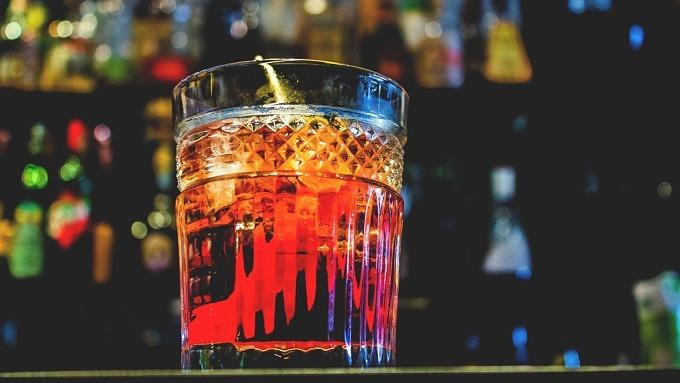 Drink, Alkohol, roter Drink im Glas, Bar
